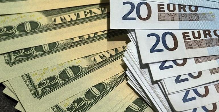 Банкноты доллара США и евро
