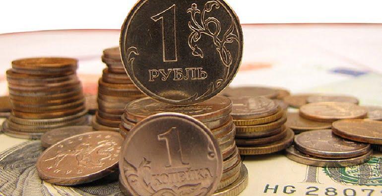 Несмотря на некоторую утреннюю просадку курса рубля по отношению к доллару США и Евро, практически сразу после решения Банка России о сохранении учетной ставки на уровне 11% российский рубль растет. Утренние торги начались для российской валюты не очень хорошо: после роста наметилось его снижение, пусть и незначительное, но неприятное - ведь главный драйвер российской валюты, цена на нефть, идет вверх уверенными шагами. Интрига на валютном рынке заключалась не столько в решении ЦБ, сколько в том, как себя поведут инвесторы. Ведь российский рубль растет тогда, когда растет учетная ставка, снижение ставки, то есть смягчение экономики приводит к разгону инфляции и обесцениванию национальной денежной единицы. И если было практически очевидно, что учетная ставка останется на прежнем уровне, то реакция спекулятивного капитала была неоднозначна: • сохранение ставки на прежнем уровне могло бы разочаровать трейдеров, поскольку еще в январе Банк России говорил о поднятии учетной ставки. После решения ЦБ могла ожидаться коррекция курса в сторону снижения; • сохранение ставки могло бы расцениваться в качестве стабилизации экономики страны, а следовательно и укрепление национальной валюты. Какой из этих вариантов устроил бы инвесторов, и было интригой. Российский рубль растет медленно, но уверенно Сразу же после решения ЦБ доллар и евро потеряли по 50 копеек. Быстрее всех падала евровалюта, опустившись до минимума декабря 2015-го года - 76,35 руб. Курс доллара снижался несколько медленнее - чуть ниже 68 руб. (67,56). Несмотря на уверенность в решении Банка России, трейдеры предпочли отказаться от длинных позиций, закрыв глаза даже на то, что цена на нефть перешла отметку 42 дол. США за баррель. Было высказано предположение, что риск снижения ставки все же был. И, хотя с точки зрения торговой логики, цены на нефть в среднесрочной перспективе все же были бы более весомым драйвером для курса российской валюты, в конце недели трейдеры предпочли осторожность. Примечательно, что еще в